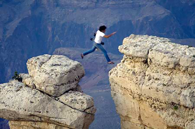 Photographer's crazy leap in Grand Canyon